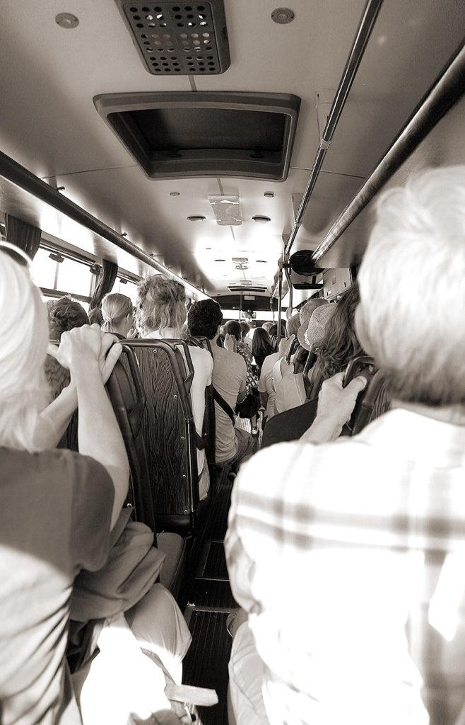 Menschen in einem Bus bei einer Fahrt auf Madeira