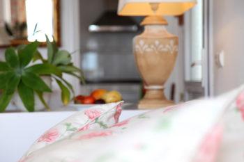Poelster auf einer Couch dahinter eine Lampe