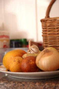 Zwiebel Knoblauch und Gemüse auf einem Teller
