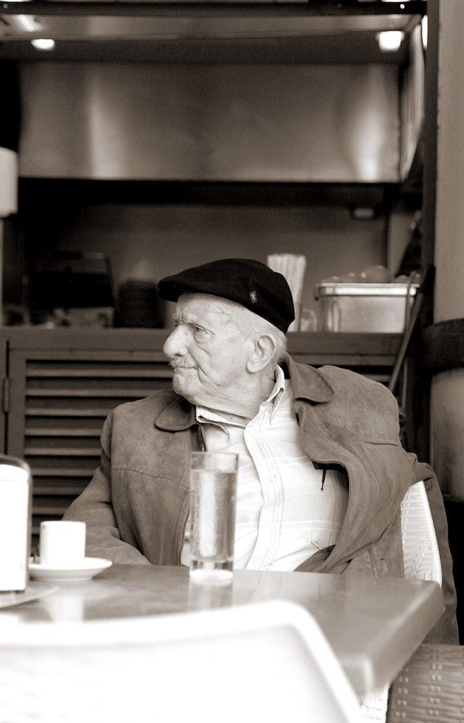 Alter Mann mit Kappe beim Kaffetrinken in Funchal