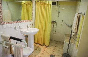 Bad mit Bidet, Dusche, WC und Waschbecken