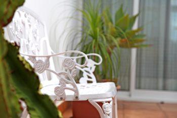 Weisse Metallbank im Garten vom Ferienhaus Moewennest