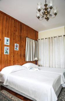 Zwei Einzelbetten an einer Holzwand