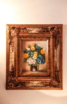 Gemaltes Bild eines Blumenstrausses mit dickem Holzrahmen