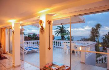 Blick von Innen auf die Terrasse am Abend