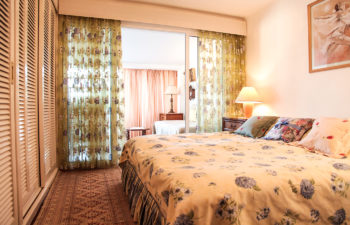 Doppelbett mit Blick auf Fenster