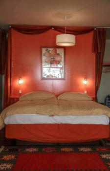 Gelb rotes Doppelbett von vorne