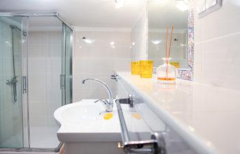 Waschbecken und Spiegel im Bad