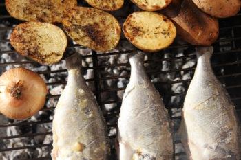 Frischer Fisch Kartoffeln und Zwiebel am Grill des Ferienhauses