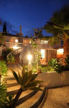 Garten im Ferienhaus am Abend
