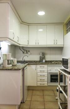 Weisse vollständig eingerichtete Küche