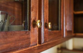 Ein Teil unserer liebevollen Einrichtung Holzküchenkasten in useren Apartments auf Madeira