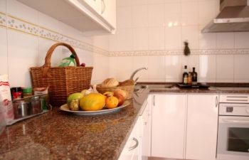Kueche mit Korb, Schale mit frischem Obst