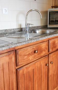 Edelstahlspüle auf Holzkücheneinrichtung