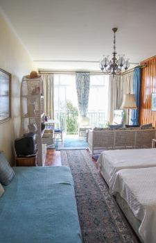 Überblick Schlafzimmer mit zwei EInzelbetten