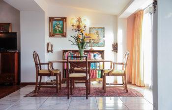 Sitzgruppe mit Tisch und vier Sesseln