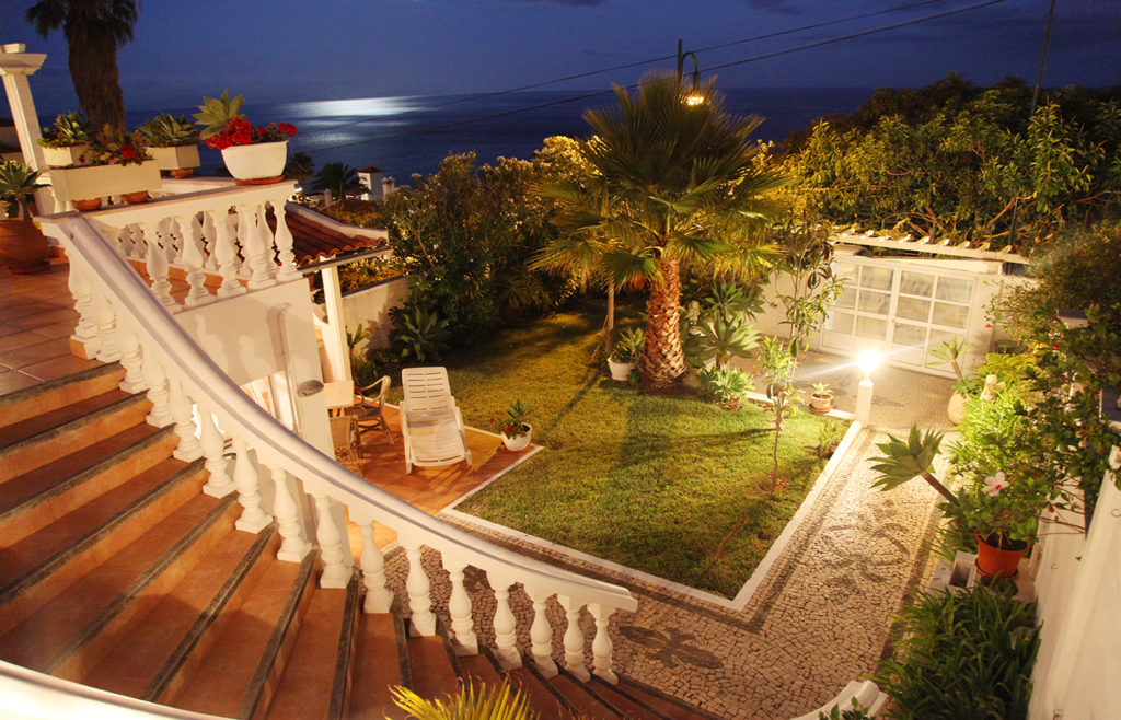 Treppe von der Terrasse Blick auf das Meer