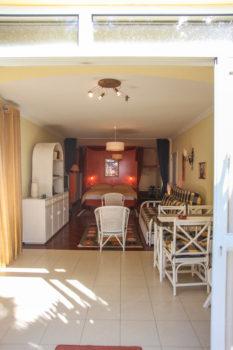 Blick von aussen nach Innen Wohnschlafzimmer mit Couch Sitzgruppe und Doppelbett