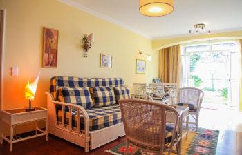 Überblick Wohnraum mit Sofa und Sitzgruppe Blick auf den Hof