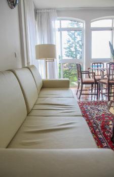 Weiße Couch im Wohnzimmer