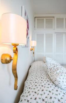 Poelster darüber eine Schlafzimmerlampe