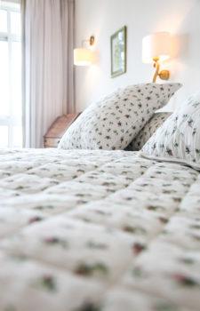 Pölster auf einem Doppelbett