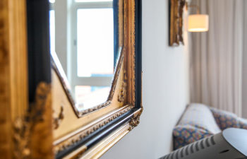 Spiegel mit Goldrahmen von der Seite