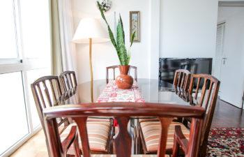 Sitzgruppe mit Tisch und Sesseln