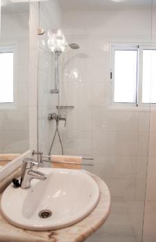 Waschbecken dahinter Dusche
