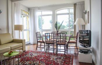 Wohnzimmer Tisch und Stühle