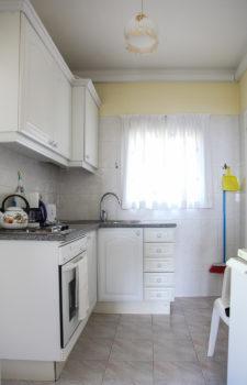 Weiße Küche mit guter Ausstattung